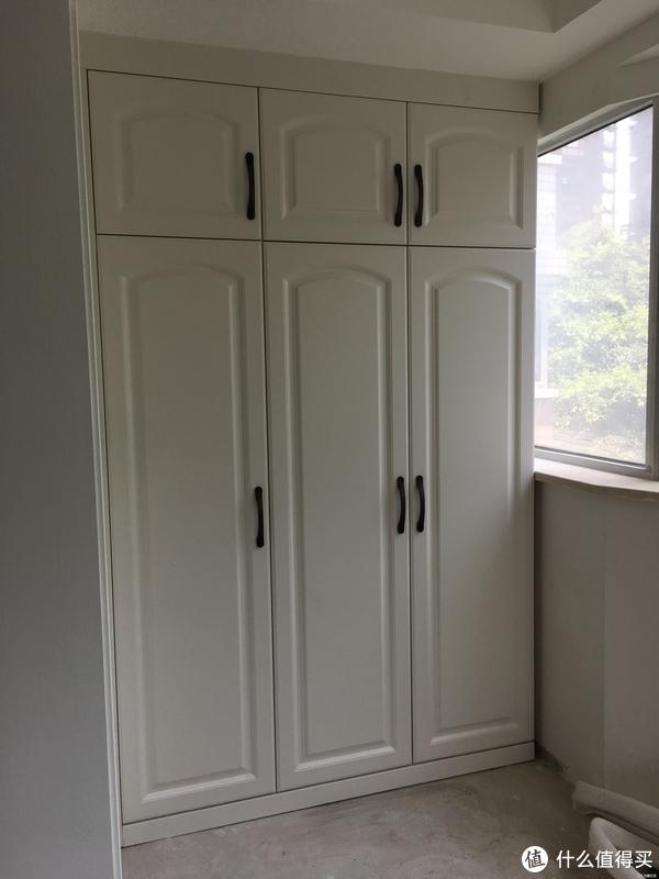 """除了橱柜外,还做了四组衣柜,门板样式只能说普普通通。但之所以选这个品牌,其实主要还是看重他家用的是""""克洛斯邦""""的板材做柜体,号称欧洲第一大品牌板材,环保更放心"""