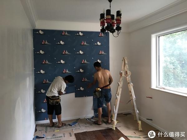 儿童房没刷乳胶漆,而是用的墙纸,质感确实比墙漆好很多,为了环保,记得一定要用糯米胶