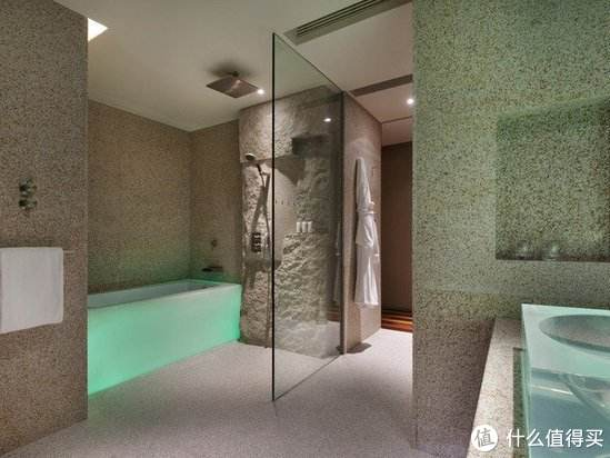 看起来有点奇怪的透明浴缸