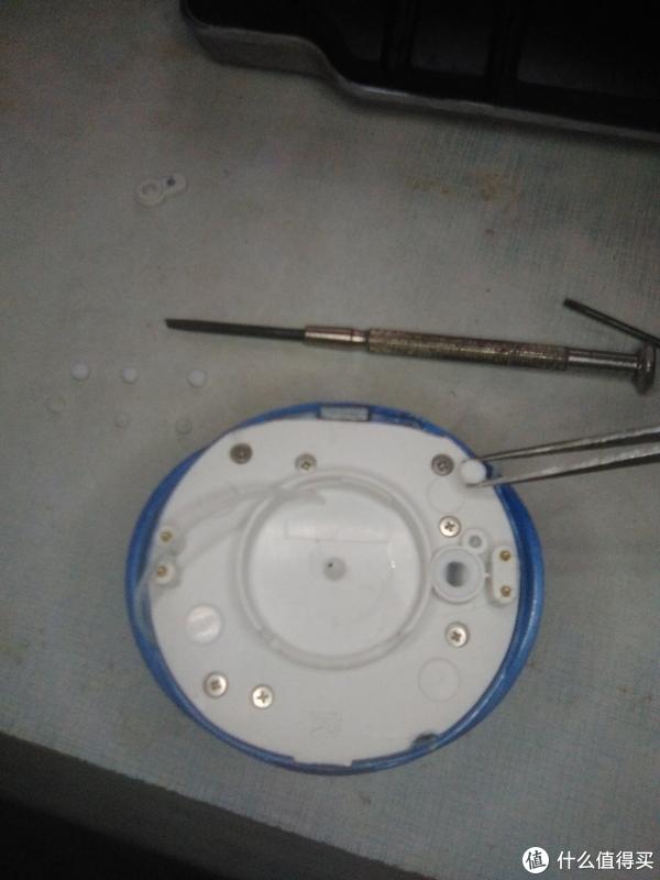 中间固定液体牙膏盒的螺纹下边的缺口不是我撬的,是它自己10个月后断裂的