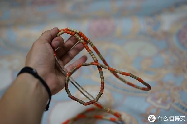 旧的竹节跳绳,采用的是线加塑料的配重块的设计,线的柔韧性贼好,塑料的配重块增加了手感,跳的时候配重块会被砸碎越来越少,但是也都会在中间保证其手感基本不变,而线保证了耐久性。可以4年不坏也就不奇怪了。