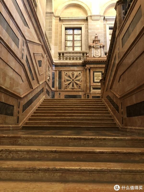 这里进来还需要安检,还挺严格的,里面也就这楼梯还算貌美,其他的馆藏档案反正也看不懂,也不怎么对外开放