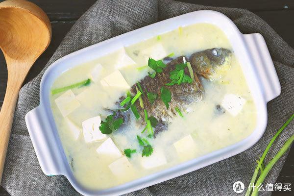 香浓奶白的鲫鱼汤。图片:微体兔 / 豆果美食