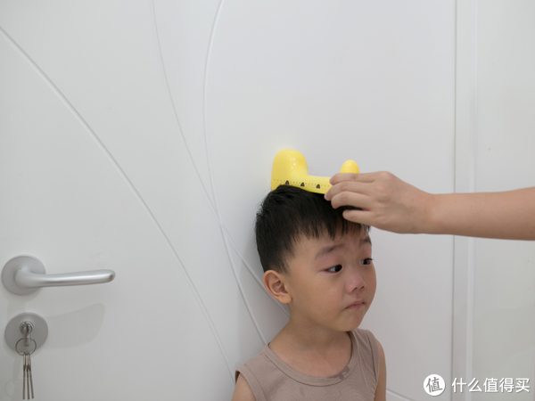 使用起来也是很简单,孩子背靠墙面站直,长颈鹿底部抵住墙面保持水平,超声波发射器一面朝下顶住孩子头部最高点