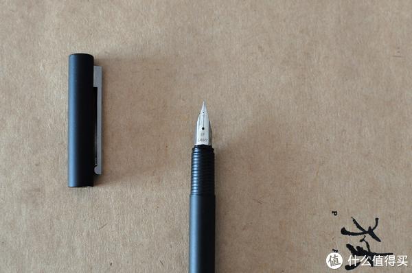笔身很轻盈,据说笔尖很耐操