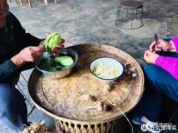 ▲11:30 两位八十多岁的老奶奶开始准备午饭