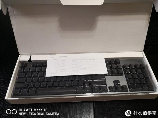 配件方面真是抠门,拔键器都木有,不过有个防尘罩。说明书在键盘下面,上面这张纸就是单纯的RBG灯光效果介绍。