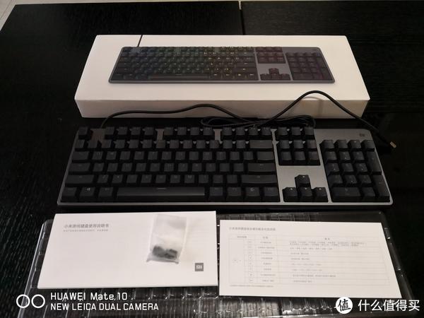 开箱全家福,白色小塑料袋里是替换用的高脚架,矮脚架直接装在键盘上了。这也是这个键盘个性的一点,后面细说。