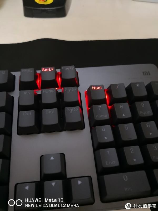 右上角并没有状态指示灯。小米耍了个小聪明。把状态指示灯和RGB灯放在一起了。就是上图所示,无论背光如何,只要切换大写或者打开小键盘数字键,相应的按键背光就会变成红色。如果背光也正好是红色,那这几个按键会提高显示亮度,确保能识别状态。