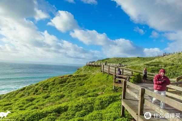 沿着栈道可以欣赏整个海湾的景色