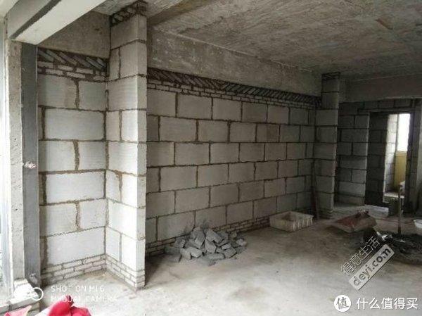 上面的小砖是另一位师傅砌的