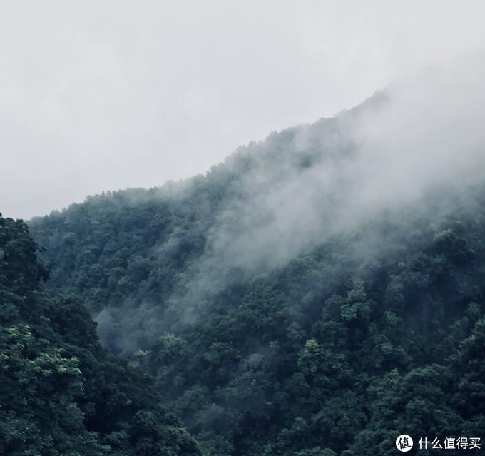 雾气袅袅的古东瀑布