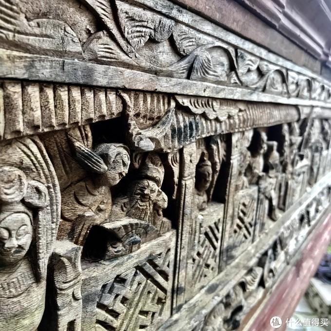 戏台带着历史痕迹的木雕