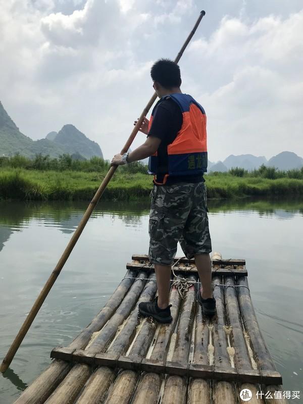 遇龙河上百年难得一见的帅气撑筏小哥哥