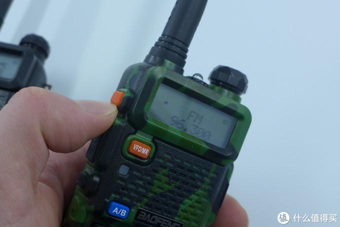 侧面上方的橙色键可以切换对讲和收音机模式,收音机可以收听FM: 65-108MHz