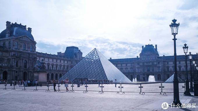 还没到开门时间,金字塔前已经有不少人排队。
