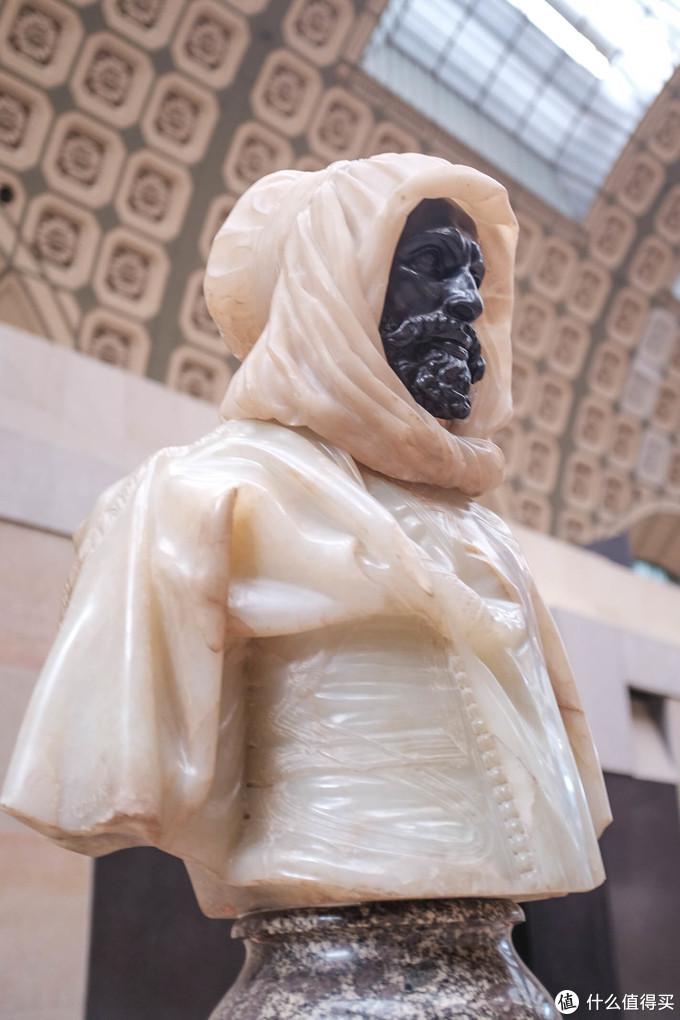 没有想明白这样的雕塑是怎么做出来的,应该不是依天然石头颜色做出来的。