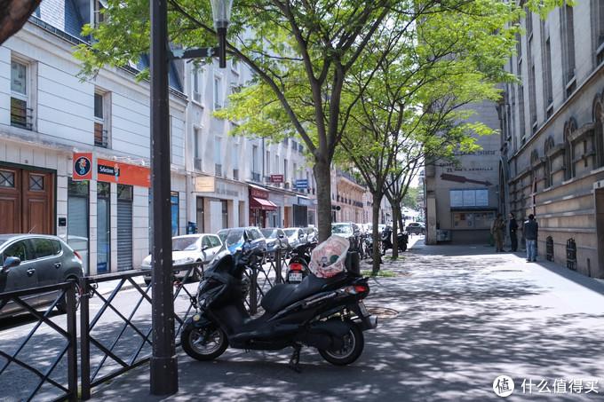 周日的巴黎,街道安静整洁。