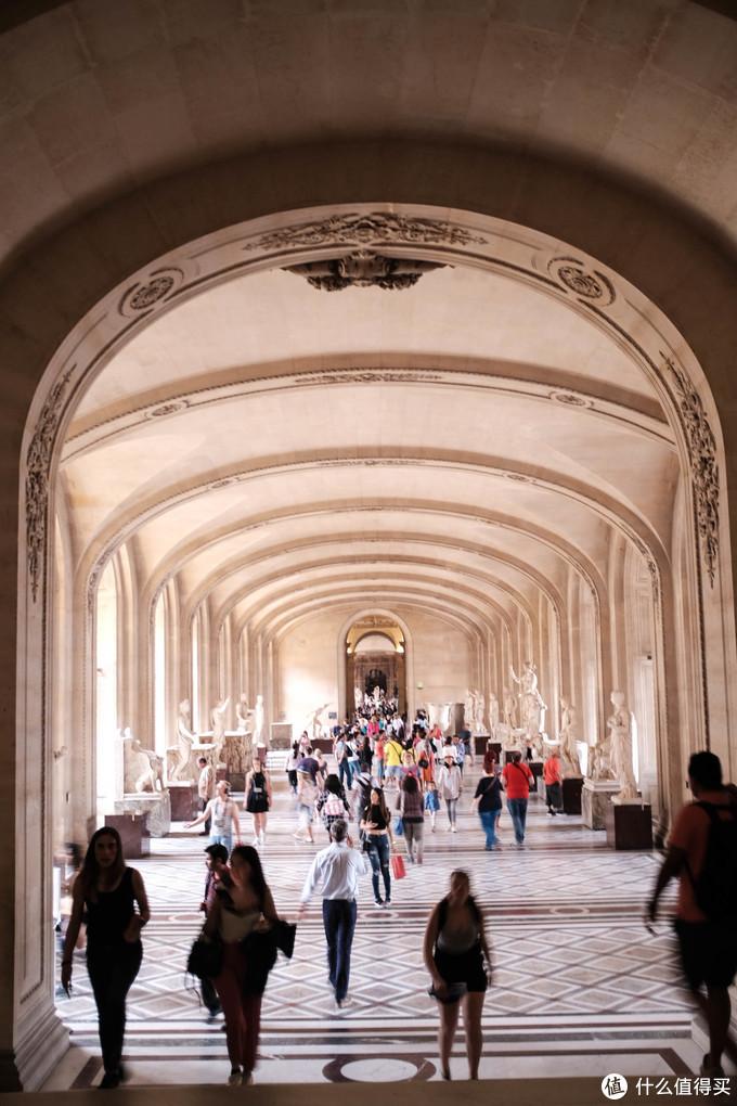 米开朗基罗长廊(Galerie Michel-Ange),拥有众多意大利雕塑,其中米开朗基罗的《被缚的奴隶》最为著名。