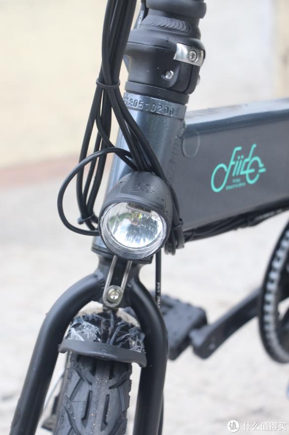 车头灯设计,在相同电量情况下感觉比D1的车灯射程要远一些。