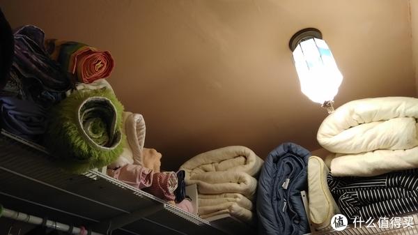 同类型墙面收纳系统衣帽间容量惊人,装下了次卧所有床品!