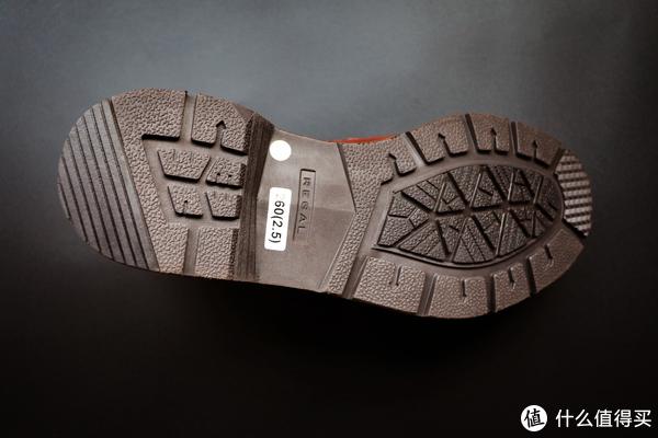 鞋底为EVA发泡材质,优点是质量轻、韧性好、耐腐蚀,脚感十分舒适;防滑纹为橡胶材质