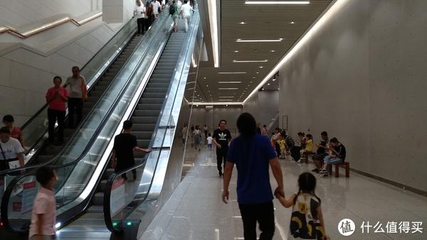 两侧都有扶梯可以下到地下一层的展区