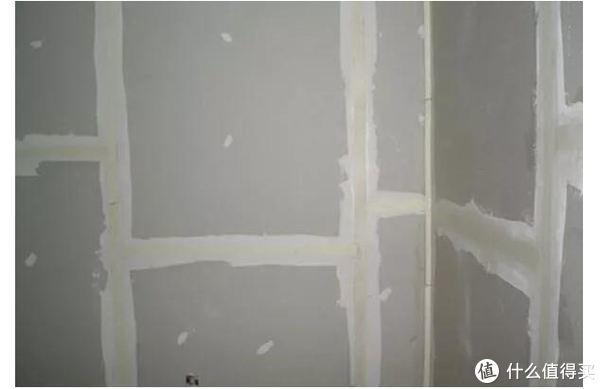 ▲缝隙处石膏抹平再贴牛皮纸
