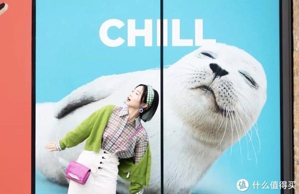 头巾、耳环:TOPSHOP 针织外套:UNIF 衬衫:& Other Stories 裙子:Moussy 包包:DVF 鞋:Miu Miu
