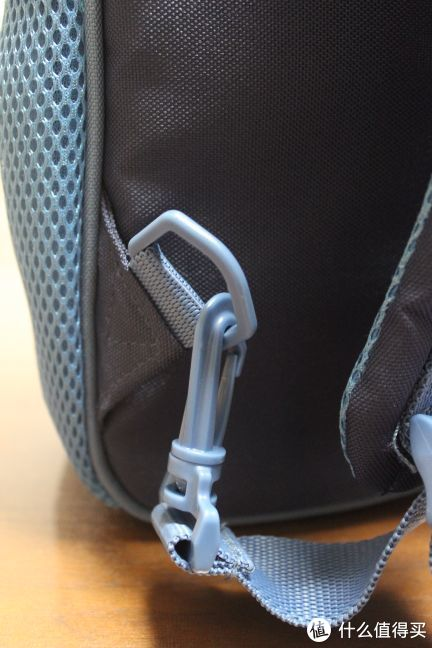 背面这个肩带挂钩可拆卸,后面会说明用途