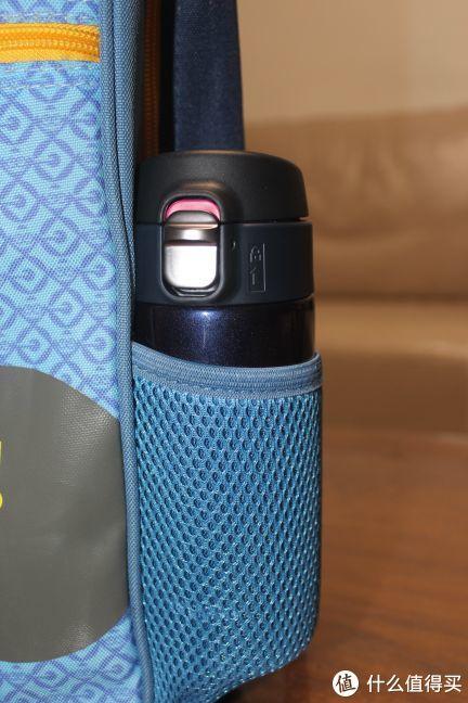 侧面分别有1个口袋,可以放下320ml的水杯