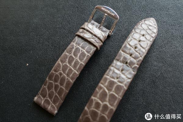 原装表带是针扣鳄鱼皮,上面有品牌英文标识