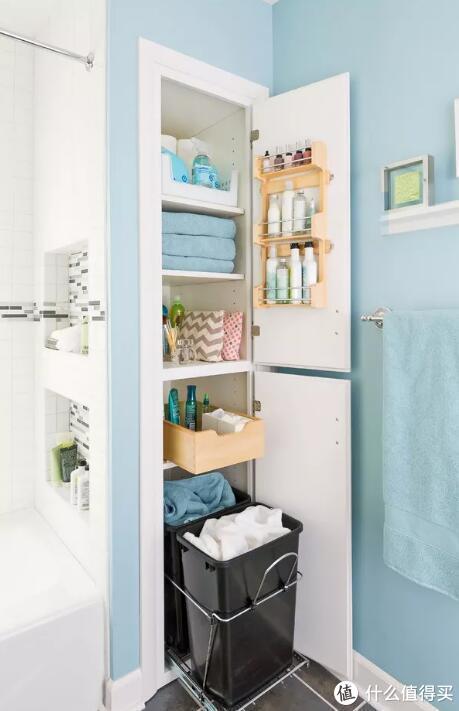 ▲柜门上也可放东西,平开式衣柜的柜门内侧还可以挂个袋子