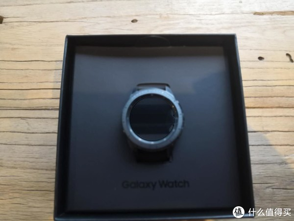 打开包装盒后,直接就是Galaxy Watch