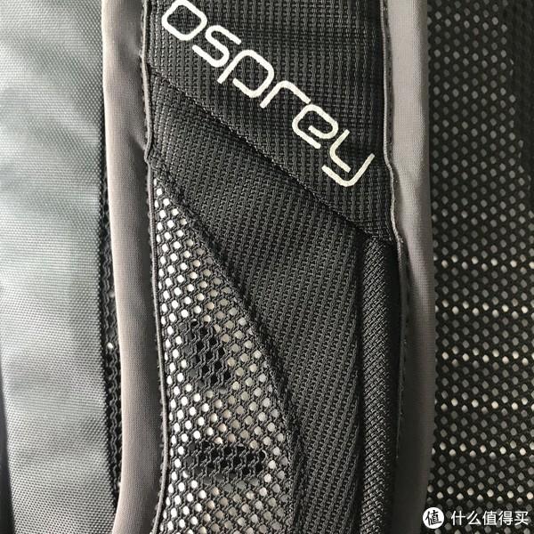 肩带的外侧用了类似背板材质的泡沫材料,重量较轻,按进去柔软有弹性。