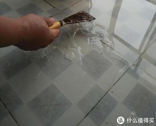 卫生间漏水,别担心!看老师傅一块砖都没砸搞定,手艺好得没得说