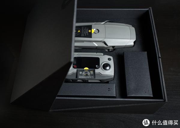 ▲黑色翻盖盒子做得很结实,掀起来之后就能看到飞行器和遥控器了。