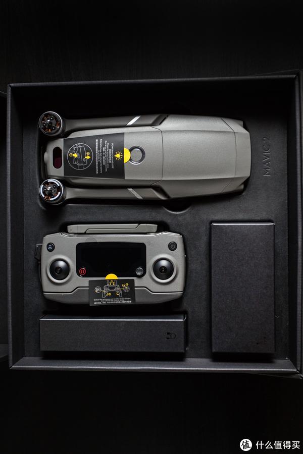 ▲包装设计比较简洁,配件用黑色纸盒装载。