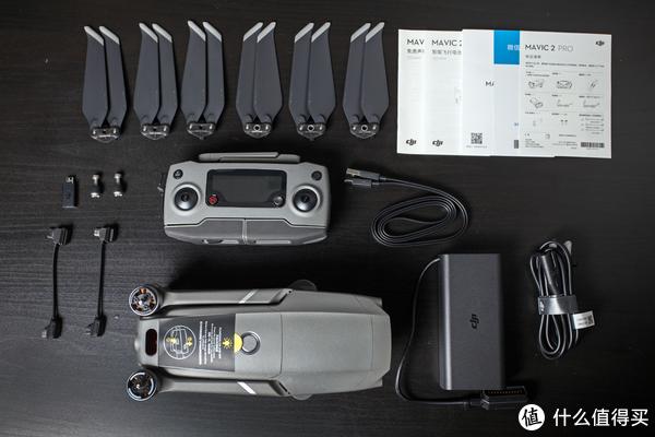 ▲主机包装盒里带的所有配件如图示,贴心地送了3根数据线,涵盖了市面上所有主流手机的三种接口,好评。