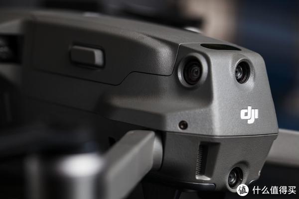 ▲机身后面的双目视觉避障传感器与侧面的单目视觉避障传感器以及顶部的红外传感器。