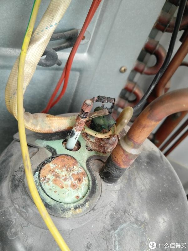 就是这个压缩机上的接头,据说老空调都有这个毛病