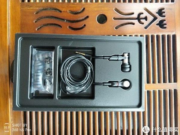 耳机和附赠的塞子