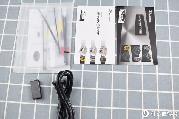 简单的展示下电源的附件:说明书、产品介绍的彩页、电源线、一些扎带和螺丝,让我觉得这个电源最人性化设计的一点是他们居然附带了一个24PIN的短接器,老司机自然懂