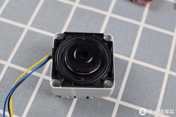 给DDC水泵换上马甲,导热用的硅脂垫一定要加,毕竟水泵长时间运转也是会有热量,BA的DDC铝合金散热外壳。白色也是为了整个配色而买的