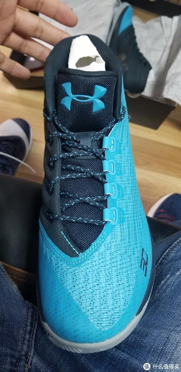 其实这双鞋的颜值还是不错的,不像网上评价的那么糟糕,至少这个配色我们同事都说很好看,鞋面的降落伞材料手感也非常棒(其实就是纤维和塑料)