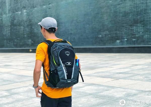 半身照如图,我喜欢把包背得比较高。肩带那截刚好够别到腰带卡扣里。