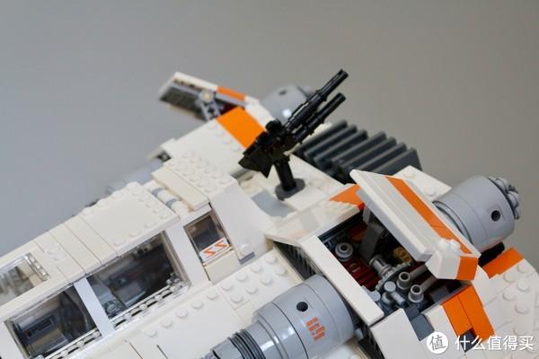 尾部装备的机枪,上下采用了基本一模一样的枪管形态,这里如果设计的上下有别会更好,下部的鱼叉枪的造型并没有很好地呈现。