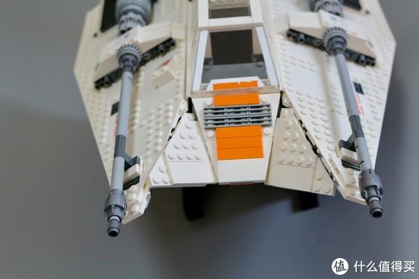 前方的飞船颚部是设计师比较得意的部分,利用较为简单的部件呈现了雪地战机前部特殊的棱角结构。