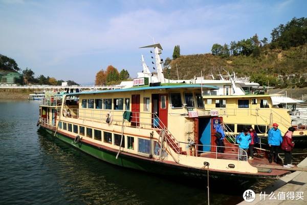 黄色的船是班轮,这张是在千岛湖下船以后拍的