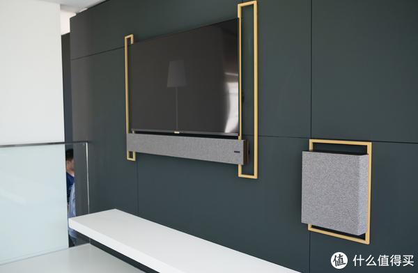 墨绿色的墙壁还是蛮有高级感的,造型有点中式